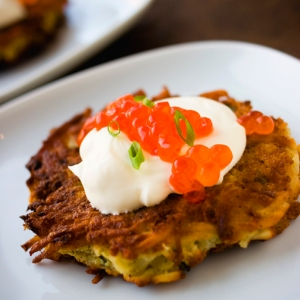 diğer bir  Hanuka lezzeti Latke (patates mücver)