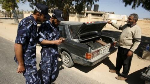 işbirlikçileri yakalamak için Refah sınır kapısındaki kontrol noktasında  kimlik kontrolu yapılırken