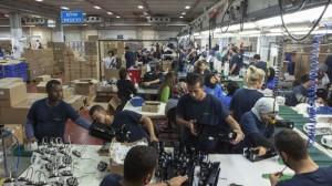 Negev çölünde yeni açılan SodaStream fabrikasında  işçiler çalışırken  (AP/Dan Balilty)